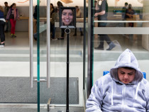 Робот по имени Люси стоит в очереди, чтобы получить новый iPhone