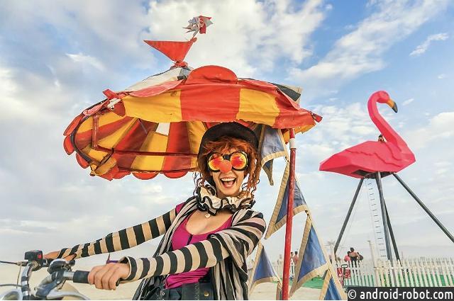 Мужчина прыгнул вогонь вовремя фестиваля— Настоящий Burning Man