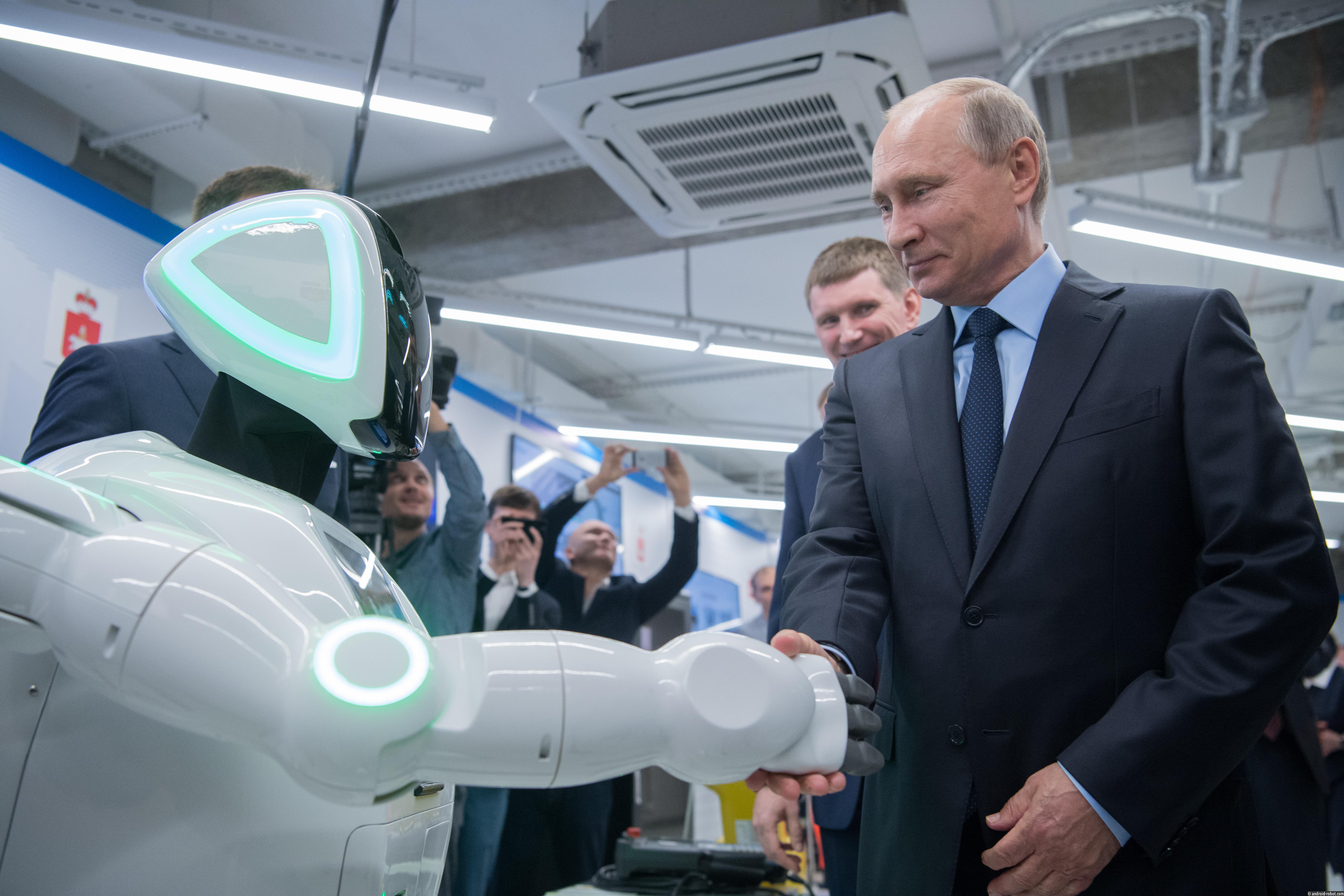 Владимир Путин пожал руку роботу Promobot на встрече в Перми