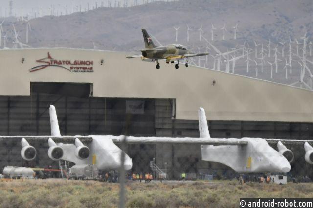 ВСША самый большой самолет вмире испытали навзлетной полосе