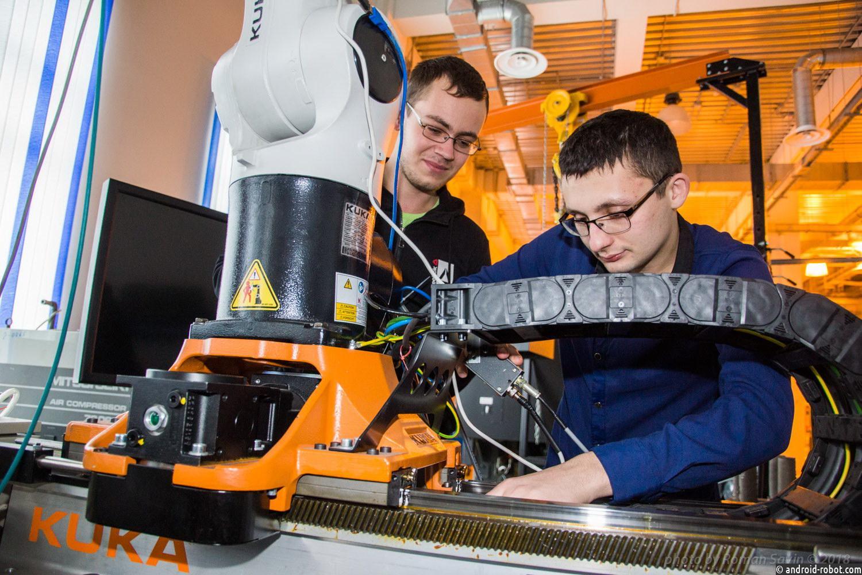 Студенты ДВФУ обучили промышленного робота и выиграли международный конкурс MathWorks