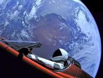 Ученый сказал, что ждет Tesla вкосмосе