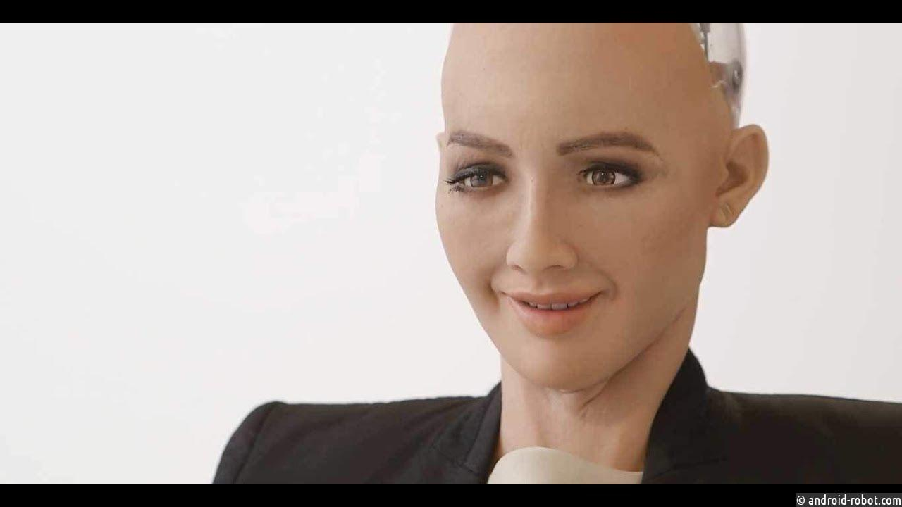 Робот София прибывает в Прагу