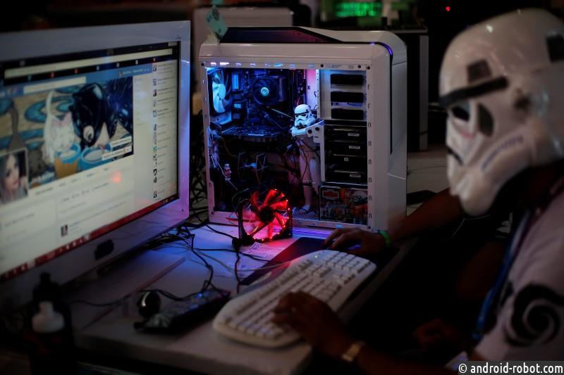 """Участник ежегодного фестиваля хакеров и девелоперов """"Campus Party"""" сидит в интернете в Сан-Паулу 28 января 2014 года."""