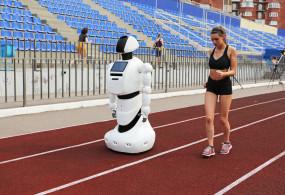Promobot обогнал спортсменку на тренировке перед марафоном