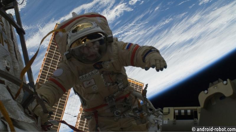 Земля виллюминаторе. Космонавты почистят стёкла МКС