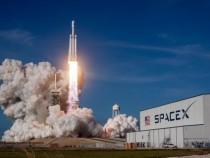Компания SpaceX отложила первый коммерческий запуск корабля стуристами наорбиту Луны