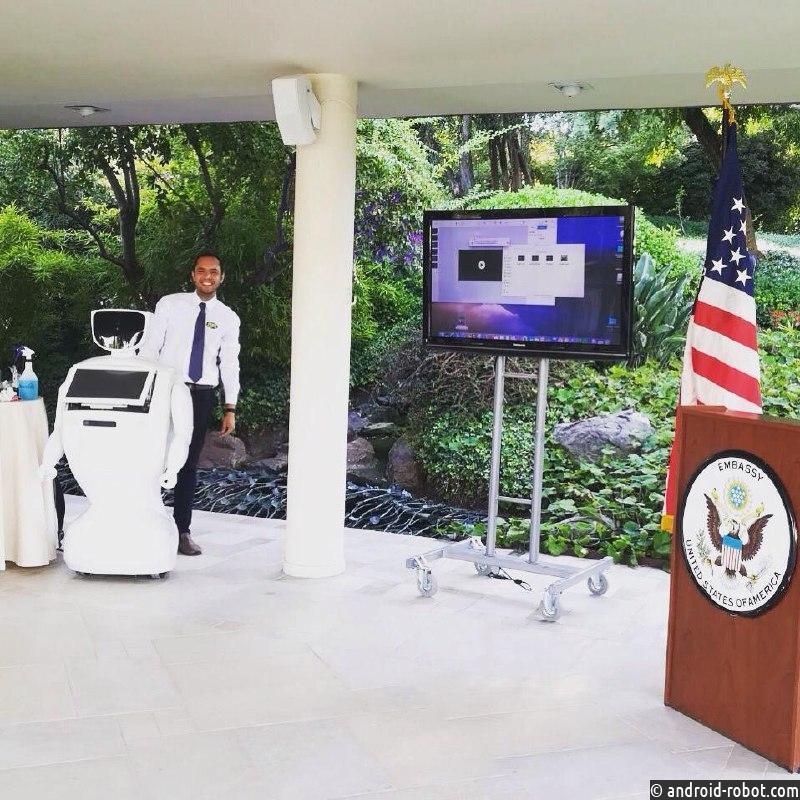 Российский робот Promobot встретился с дипломатами США в Чили