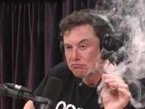 Илон Маск рассказывает о дизайне электрического самолета, куря марихуану