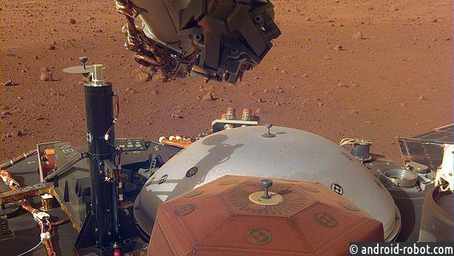 Марсоход InSight установил сейсмометр наМарсе
