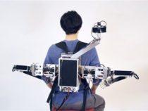 Роботизированная голова и руки позволяют двум людям разделить одно тело
