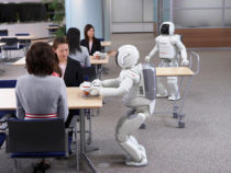 Роботы с искусственным интеллектом проводят мозговой штурм с людьми