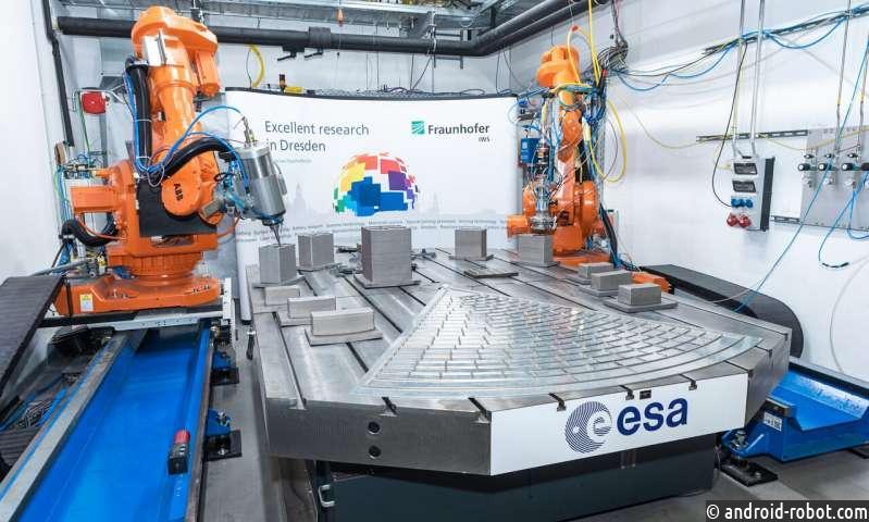 Два робота-манипулятора печатают самый большой и сложный трехмерный объект