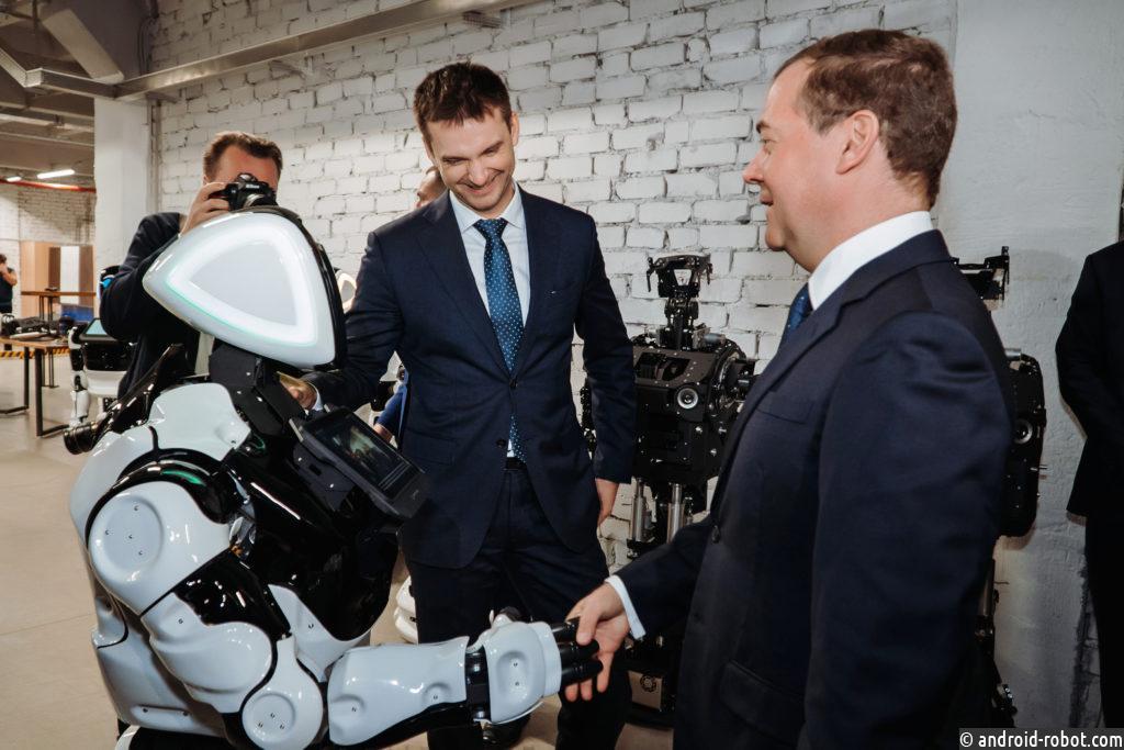 Робот Промобот узнал премьер-министра РФ Дмитрия Медведева спустя три года