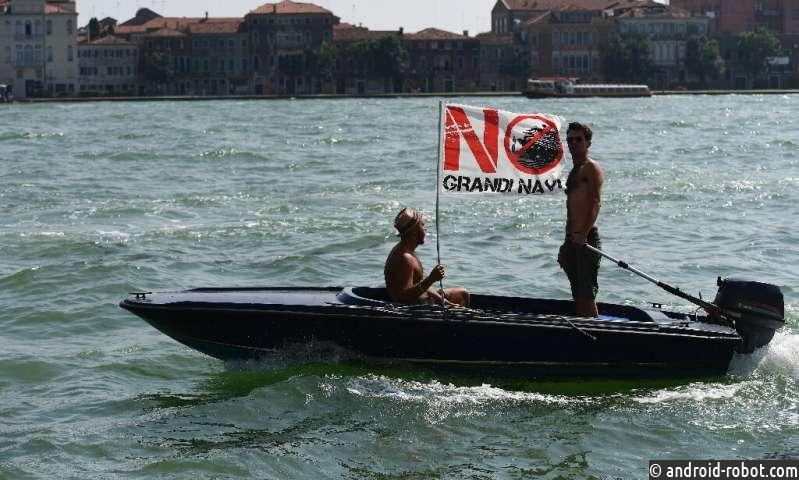 В Венеции проходят протесты против круизных лайнеров