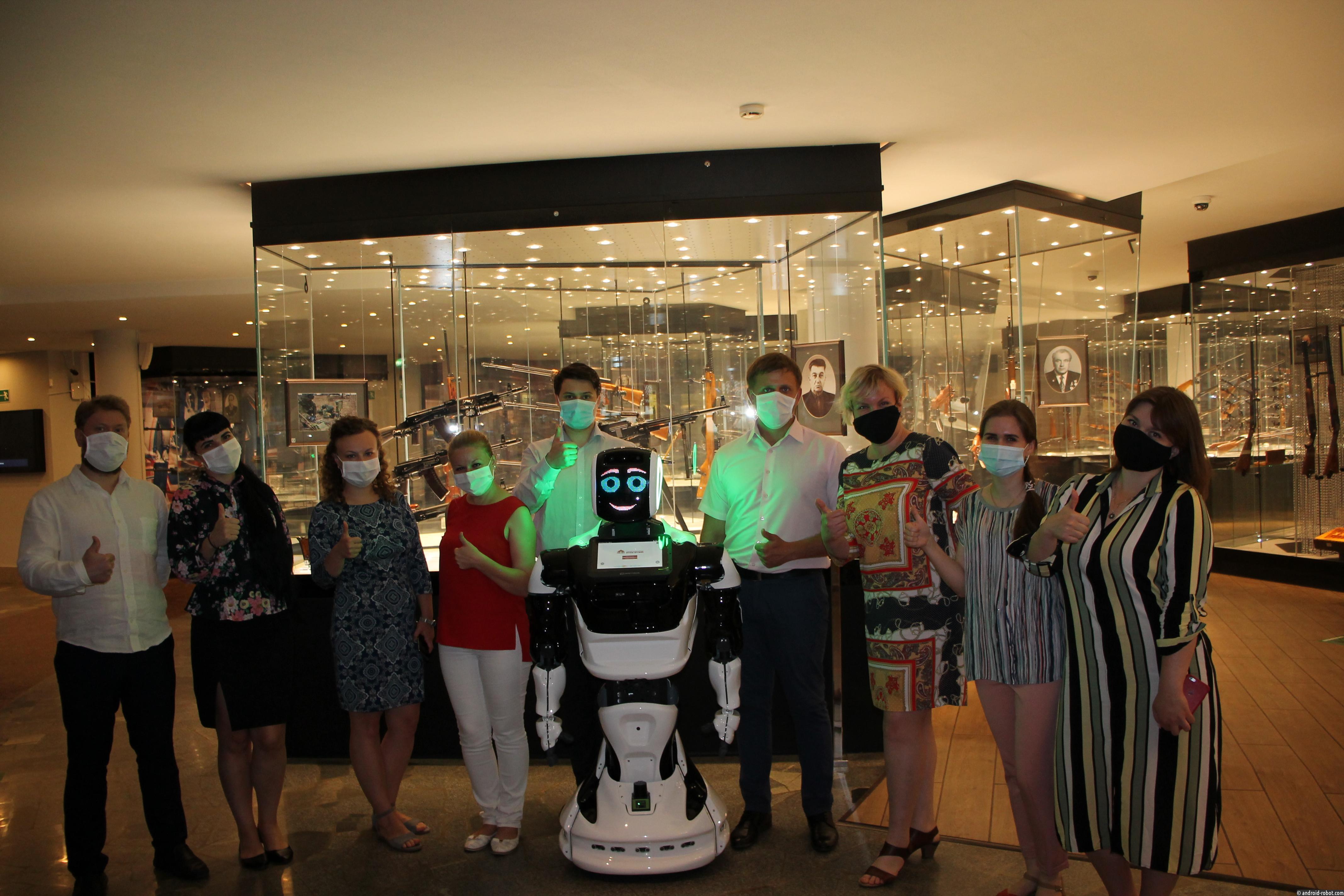 Экскурсоводом в Тульском музее оружия стал робот, разработанный в России