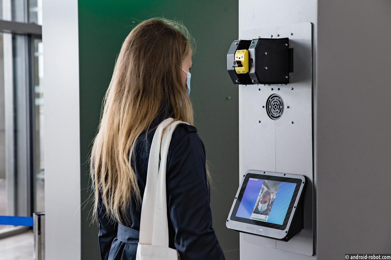 Пермский аэропорт измеряет температуру пассажиров на входе роботом отечественного производства