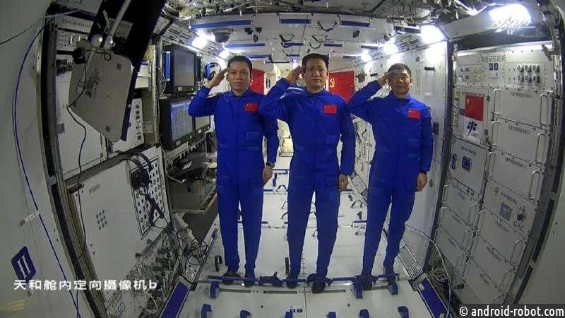 Астронавты совершили первый выход в открытый космос на китайской станции Тяньгун